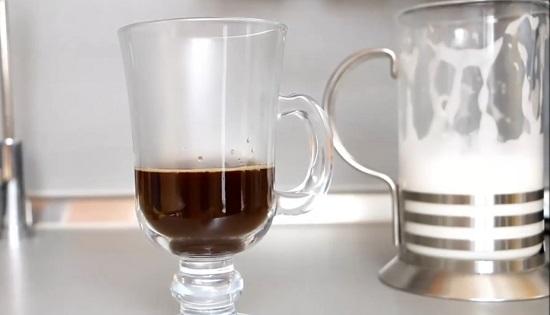 В стеклянный айриш-стакан наливаем кофе