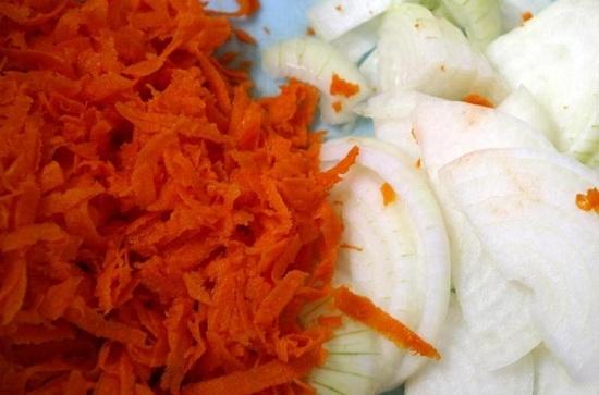 Морковные корнеплоды очищаем