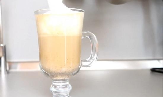 наливаем взбитое молоко