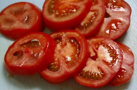 томаты нарезаем кружочками