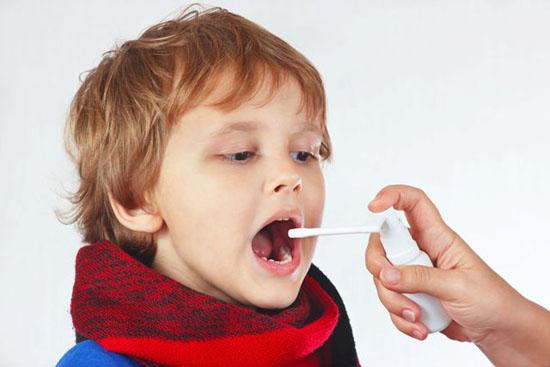 Чем обработать горло при ангине ребенку?