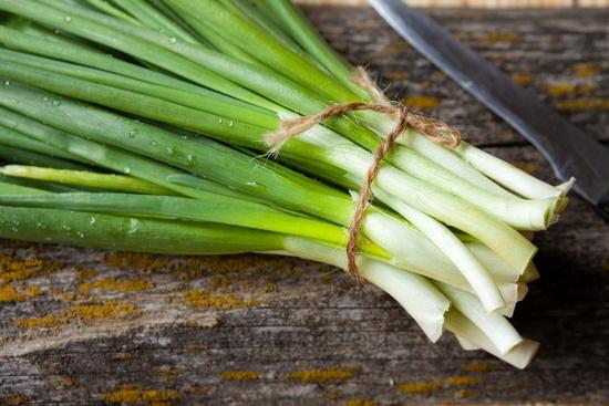 От зеленого лука больше пользы или вреда?