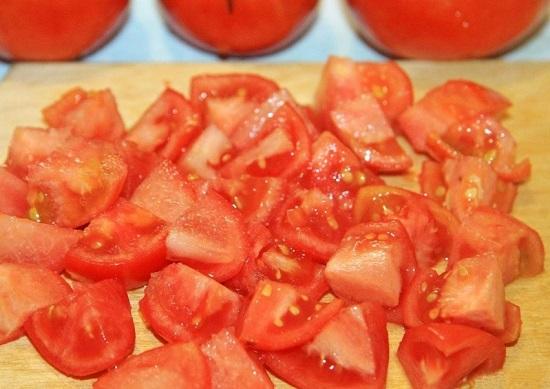 Свежие томаты промоем, обсушим и нарежем