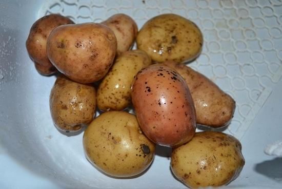 Тщательно вымоем картофельные клубни