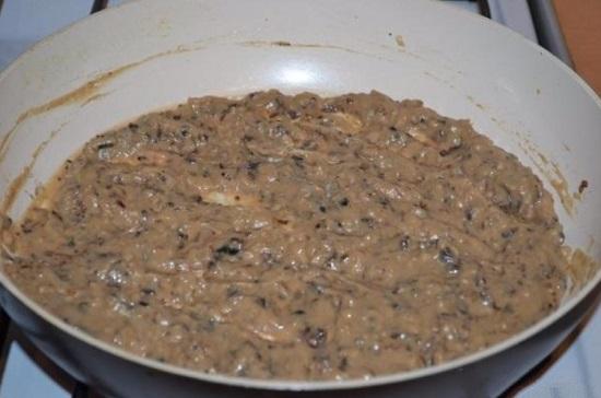 Перемешиваем и пока оставляем грибной соус