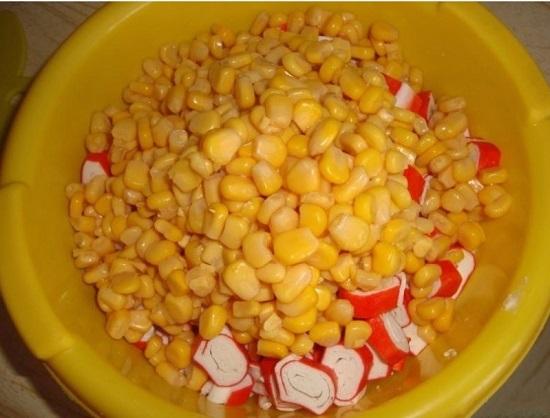 Добавим кукурузу в салат