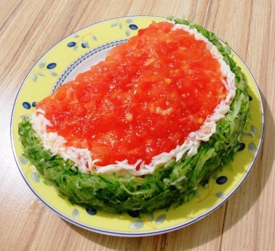 салат украшаем тертым яичным белком
