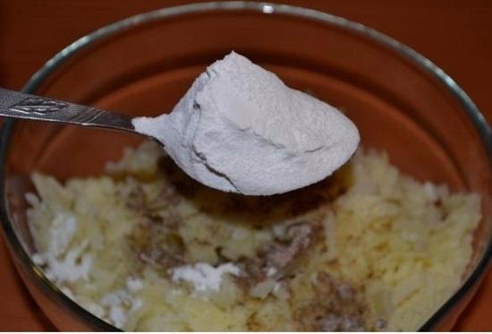Введем в картофельный фарш 2 ст. л. просеянной муки
