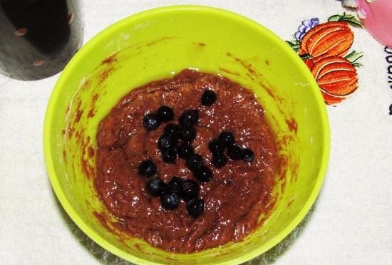 перемешиваем тесто и добавляем чернику