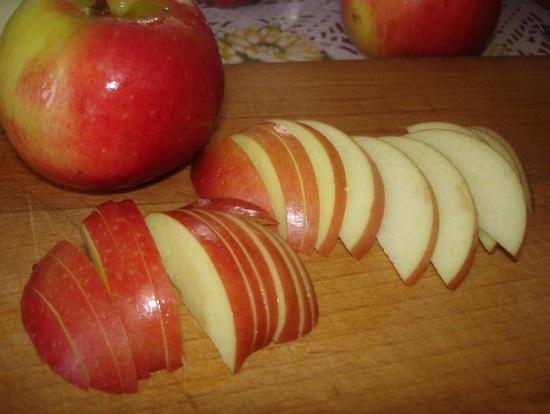 Яблоки нарезаем тоненькими и одинаковыми дольками