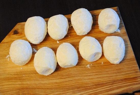 Отварные яйца очищаем