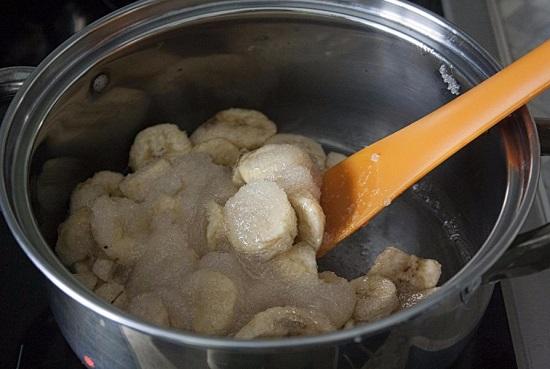 Насыпаем сахарный песок и аккуратно перемешиваем