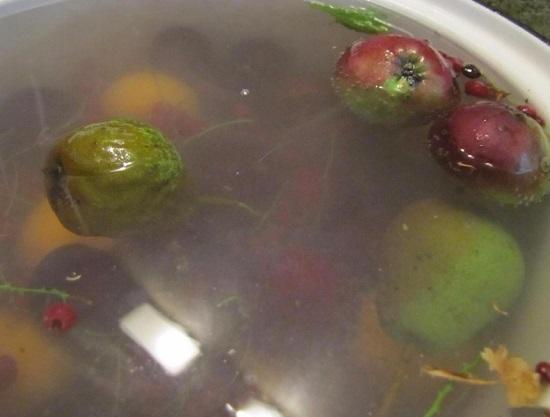 фрукты и ягоды выкладываем в кипящий сироп