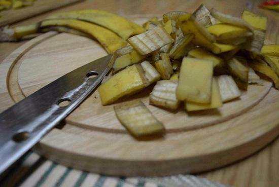 Измельчаем кожуру ножом