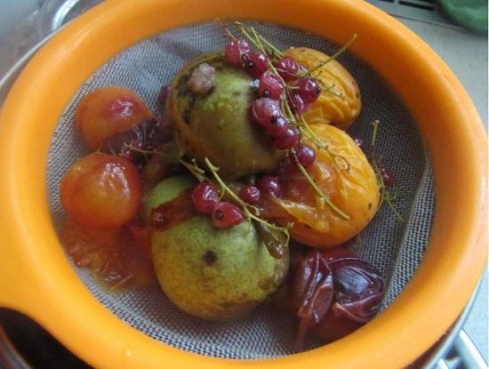 Сцеживаем сваренный компот в отдельную кастрюлю