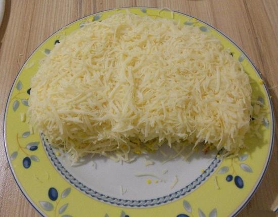 Сырную массу выкладываем в салатницу