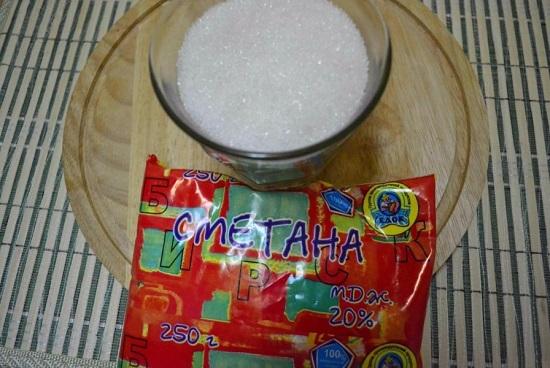 Подготовим сметану и сахарный песок