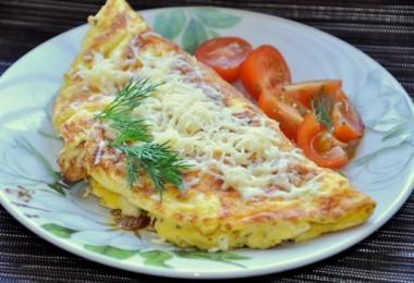 Омлет с сыром: рецепты на сковороде и в мультиварке