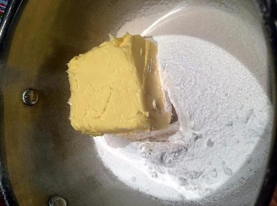выкладываем размягченное сливочное масло