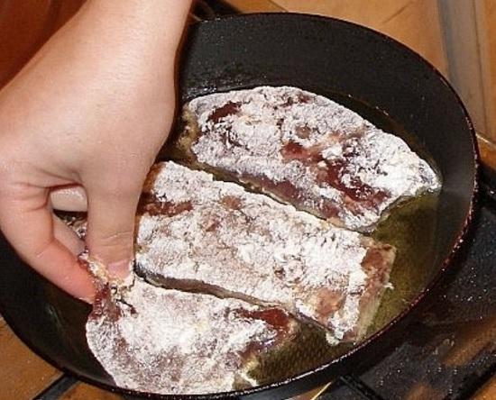 Нагреваем масло и выкладываем печень в сковороду