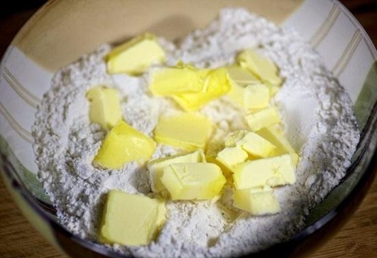 Масло нарезаем небольшими кусочками