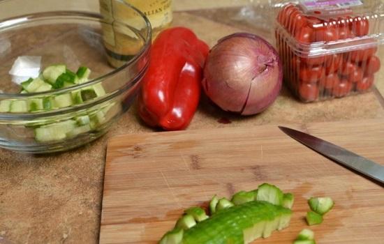 Огурчики, лук и перец болгарский промываем и шинкуем