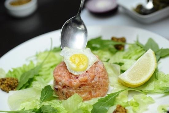 на тартар помещаем жареное перепелиное яйцо