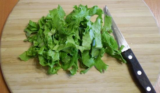 Салатные листья промоем и нарежем