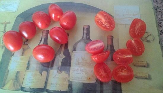 Разрезаем помидоры пополам