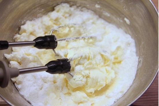 выкладываем сахарную пудру, сливочный сыр и ваниль
