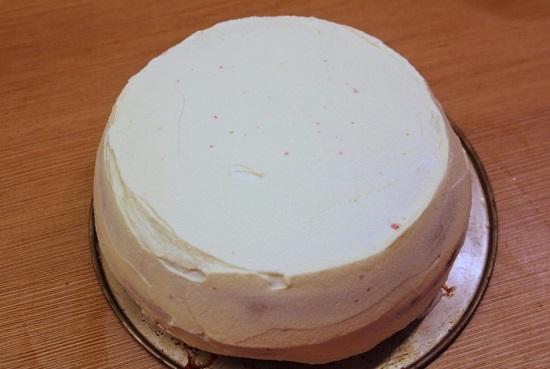 промазываем боковые части и поверхность торта