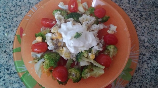 салат с брокколи и яйцом