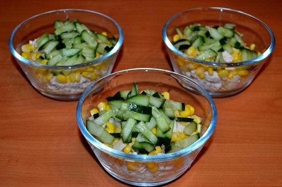 Выкладываем огурцы в салатницу