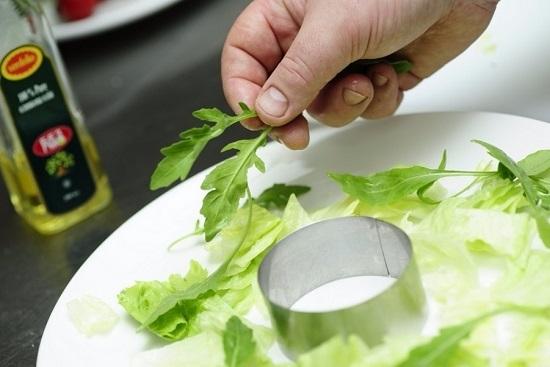 ставим круглую форму для выкладывания тартара