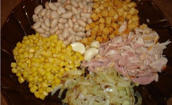 Подготовленные продукты выкладываем в салатницу