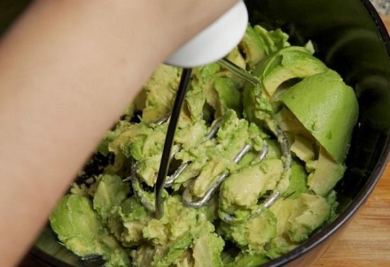 Разминаем авокадо до консистенции однородного пюре