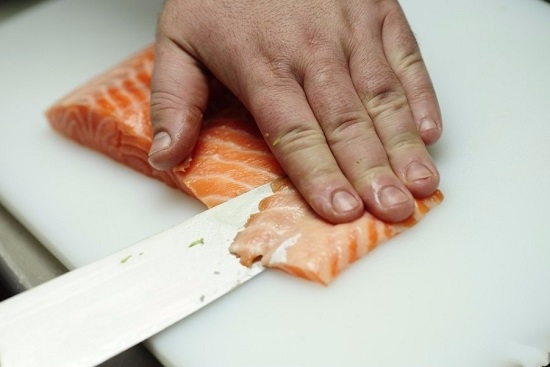Нарезаем тоненькими пластинами рыбное филе