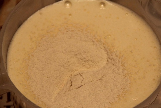 Пшеничную муку хорошенько просеиваем два-три раза