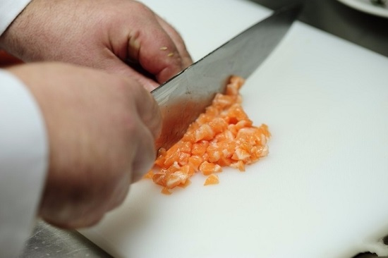 каждый кусочек лососевого филе нам нужно очень мелко порубить ножом