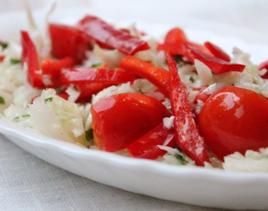 салат «Витаминный» с добавлением перцев болгарских и помидоров