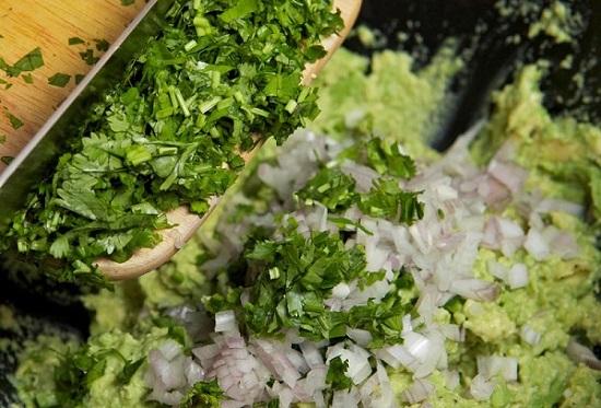 Дополнить вкус соуса можно укропом и кинзой