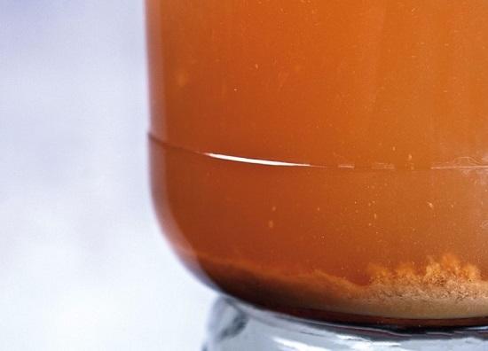 Как только в напитке появится осадок, его нужно сцеживать