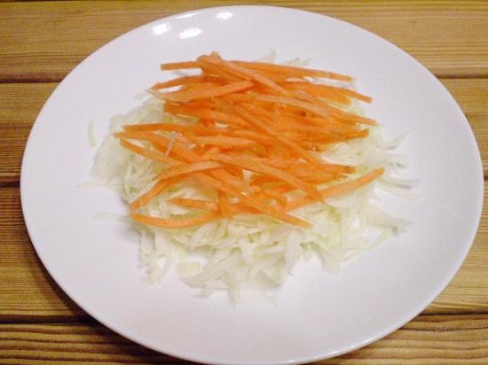 Морковь крупно натрем и выложим горкой