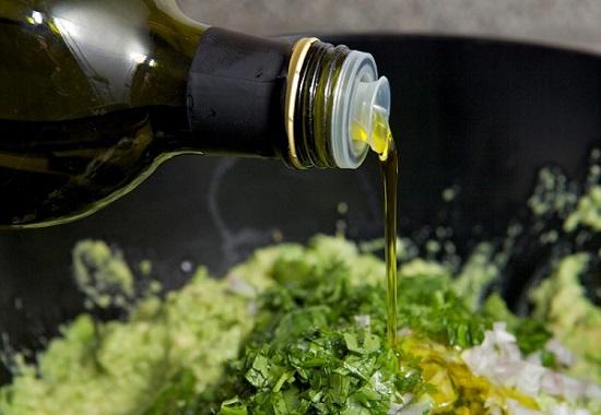добавим масло оливы, перемешивая соус