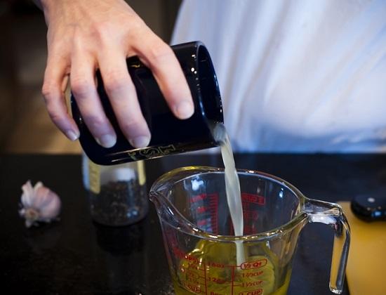 Соединим лимонный сок с маслом оливы