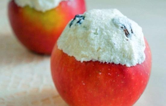 Сверху каждого яблочка положим по кусочку масла