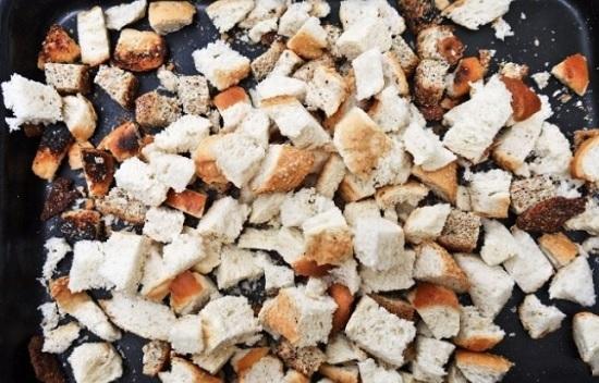Выложим хлебные кусочки в жаропрочную форму