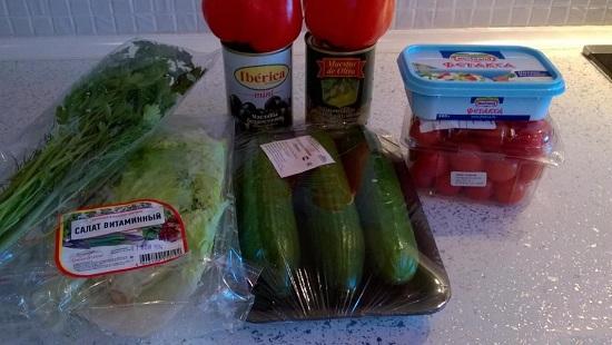 Подготавливаем набор продуктов, необходимых для салата