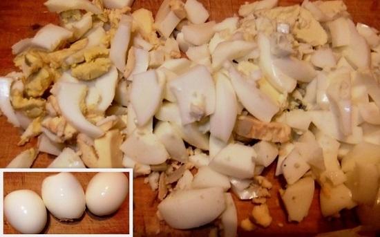 Отварные яйца остужаем, очищаем от скорлупы и режем