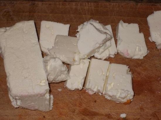 Сыр Фета измельчаем кубиками